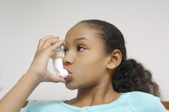 Girl with inhaler. Photo credit: IPGGutenberg UK Ltd